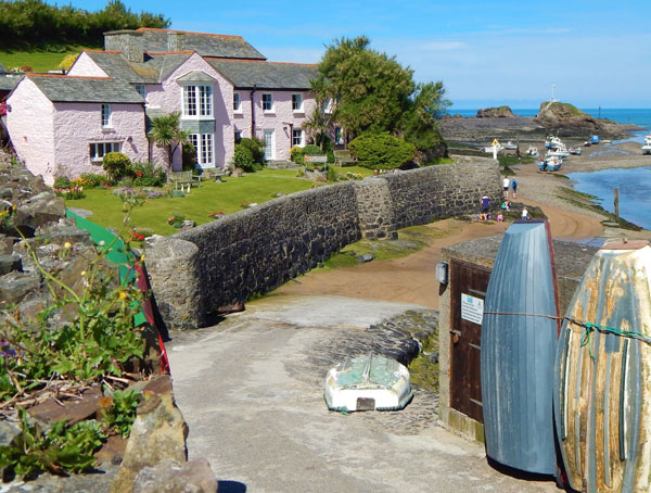 Surf Haven Bed & Breakfast is within a short walk of shops, pubs and restaurants in Bude